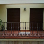 Balcón de hierro con cenefa de fundición