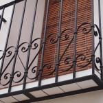 Detalle balcón de hierro con decoración de forja
