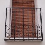 Balcón de hierro con decoración de forja