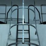 Escala de ferro vertical amb protecció