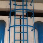 Escalera de hierro vertical con protección