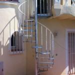 Escalera de caracol de hierro con barrotes torneados