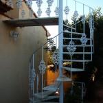 Escalera de caracol de hierro con decoración