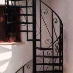 Escalera de caracol de hierro con decoración de forja