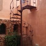 Escala  de caragol de ferro amb decoració artística