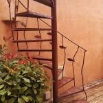 Escalera de caracol de hierro con decoración artística