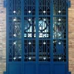 Porta deferro de 4 fulles abatibles amb decoració de forja