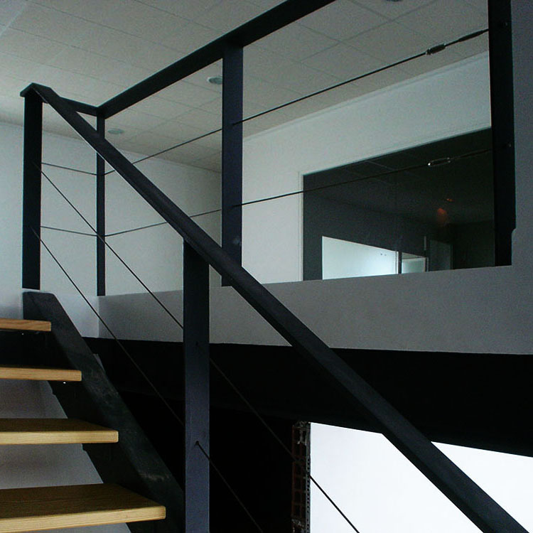 Barandillas de hierro con cable de acero minimalistas for Barandilla escalera exterior