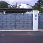 Porta de parcel·la abatible de ferro amb xapa galvanitzada i lacat color gris