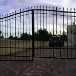 Porta de parcel·la abatible de ferro corba