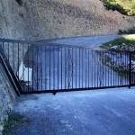 Porta de parcel·la corredissa de ferro amb decoració de forja