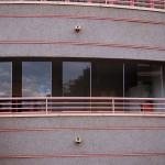 Vista de la fachada con cortina de cristal Seeglass con aperturas