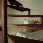 Detalle de escalera de caracol con aspecto de hierro oxidado