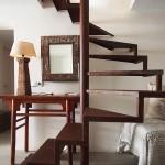 Escalera de caracol con aspecto de hierro oxidado