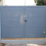 Porta de parcel·la i peatonal abatible amb panels unicanal lacat color gris
