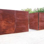 Porta de parcel·la de xapa cega amb aspecte de ferro oxidat