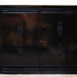 Porta peatonal de xapa amb venitl·lació de lama mallorquina i decoració lacat color negre