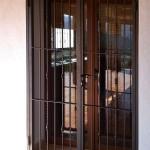 Porta reixa de ferro amb barrots decoratius