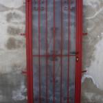 Porta reixa de ferro amb decoració de forja