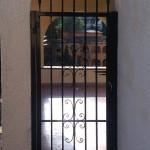 Porta reixa de ferro amb decoració forja i puntes de llança