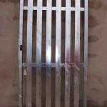 Porta reixa de ferro amb tubs rectangulars verticals i galvanitzada