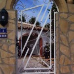 Porta peatonal de forja artística