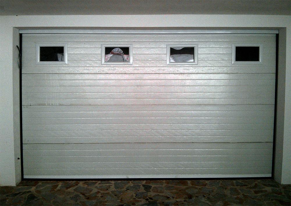 Puertas seccionales acanaladas unicanal o a cuarterones for Puertas para garajes