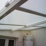 Detall de coberta fixa de policarbonat