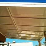 Detalle cubierta fija de panel autoportante 52 mm aluminio blanco