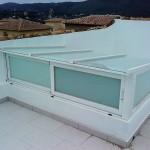 Claraboya de cristal con ventanas correderas para ventilación