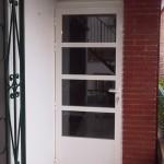Porta d'alumini amb sòcol 4 vidres i mallorquina superior