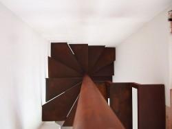 Detalle escalera hierro oxidado