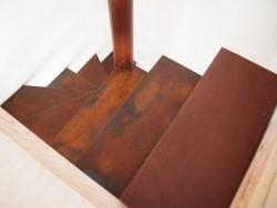 Detalle peldaño escalera hierro oxidado