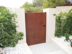 Puerta peatonal hierro oxidado