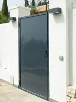 Puerta peatonal de hierro galvanizado y lacada al horno