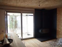 Porta corredissa elevable d'alumini i folrat de paret + tarima amb xapa de ferro