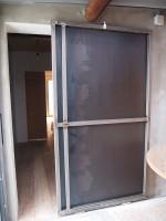 Puerta corredera con chapa de hierro