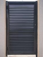Porta peatonal de ferro amb lames mallorquines lacada al forn color gris
