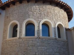 Fijos y ventana con curva en aluminio color madera