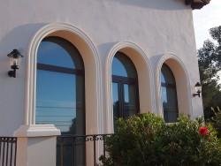 Puerta y fijos con curva en aluminio color madera