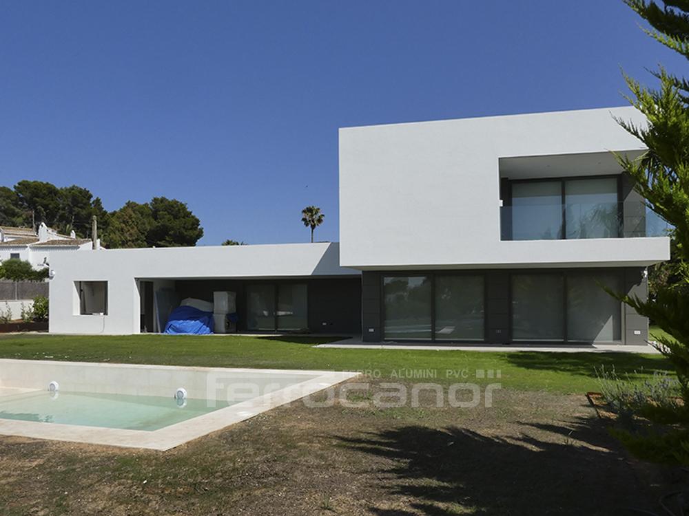 Fachada aluminio lamas verticales fachada exitosa celosa for Fachada aluminio