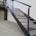 Detalle zanca de hierro y barandilla de vidrio en escalera
