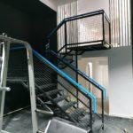 Escalera de hierro con barandilla mallazo